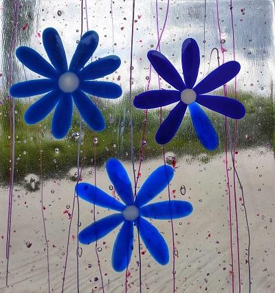 Vitrail avec fleurs bleues