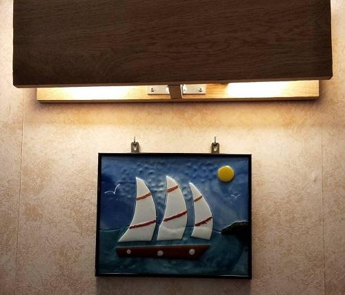 Voilier navigant l'océan en vitrail