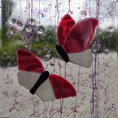 Vitrail avec papillons rose foncé