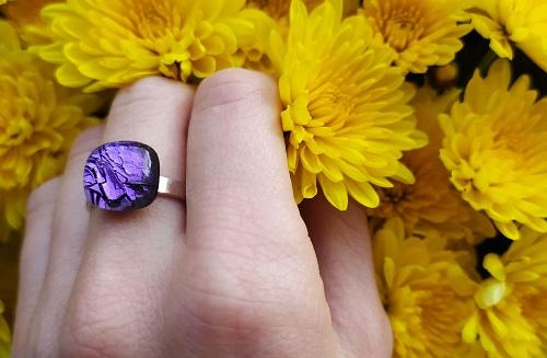 Bague en verre violette avec des fleurs jaunes