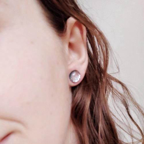 Boucles d'oreilles argentées, clous, portées