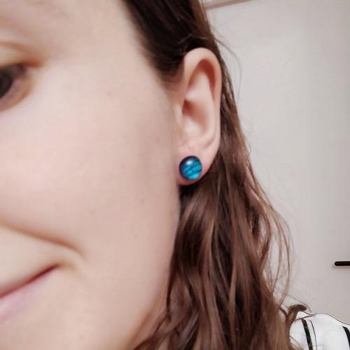 Boucles d'oreilles bleues, clous, portées