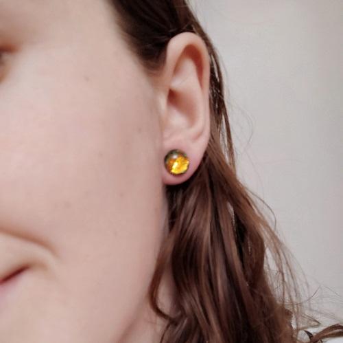 Boucles d'oreilles dorées, clous, portées