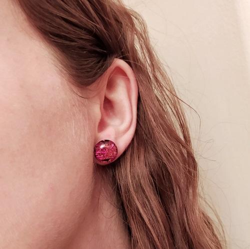 Boucles d'oreilles rouges, clous, portées