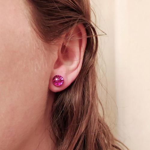 Boucles d'oreilles rose, clous, portées