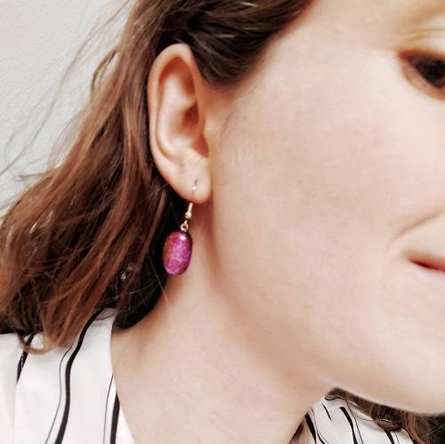 Boucles d'oreilles rose portées