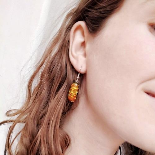 Boucles d'oreilles dorées portées