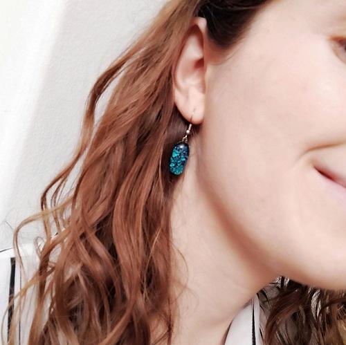 Boucles d'oreilles bleues portées