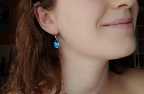 Boucles oreilles brillantes bleues