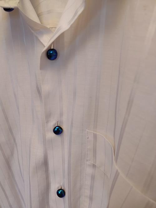 Cabochons bleus pour chemise blanche