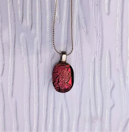 Collier en verre rouge brillant