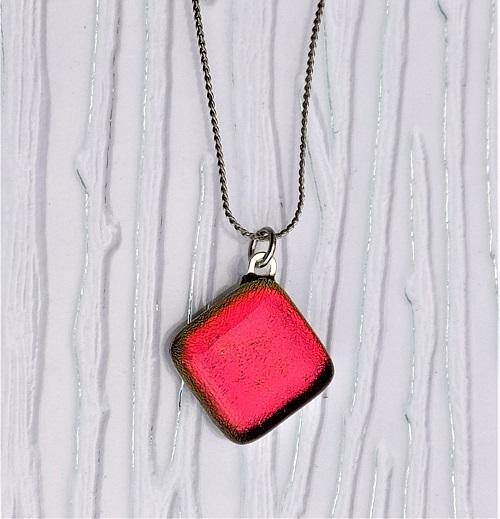 Collier en verre rouge vif