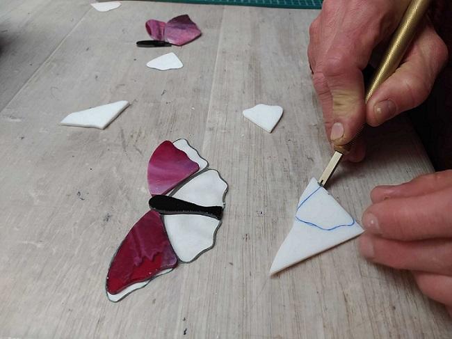 La coupe du verre pour faire un motif papillon