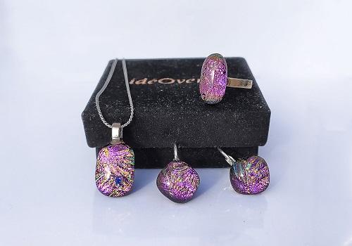 Ensemble bijoux rose: boucles d'oreilles, pendentifs, bagues