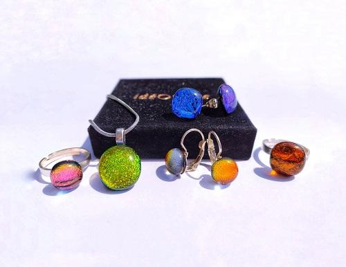 Ensemble bijoux: boucles d'oreilles, pendentifs, bagues