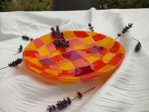 Plat en verre à carreaux aux couleurs orangées