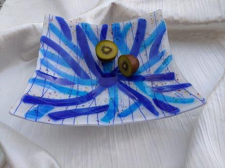 Plat en verre avec branches bleues