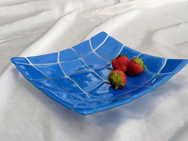 Plat en verre avec des carreaux bleus
