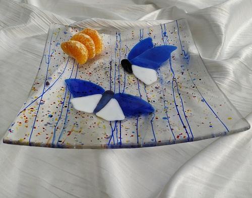 Plat en verre avec deux papillons bleus