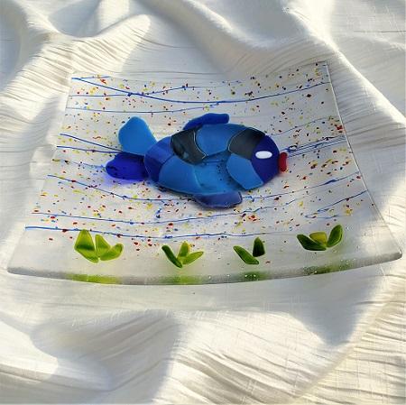 Plat en verre avec un poisson bleu à écailles