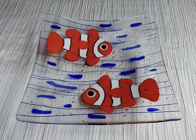 Plat en verre avec deux poissons clown orange