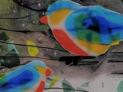 Vitrail avec oiseaux