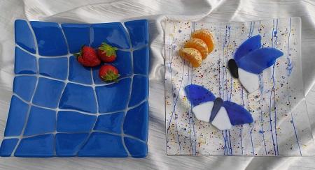 Deux plats en verre bleus