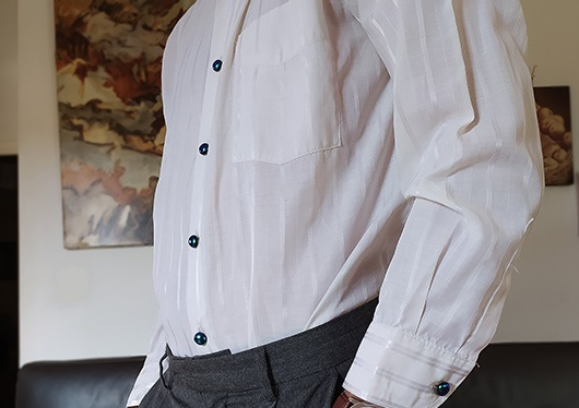 Cabochons en verre sur chemise, Modèle Homme